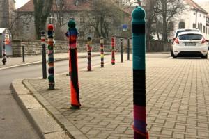 Umstrickte Parkpfosten in Erfurt